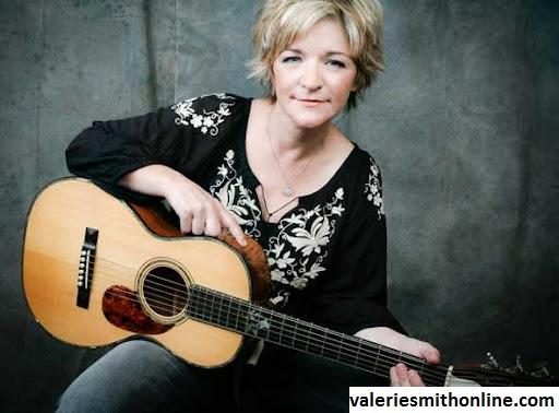 Gitar Folk, Jenis Gitar Yang Selalu Mengiringi Musik Valerie Smith