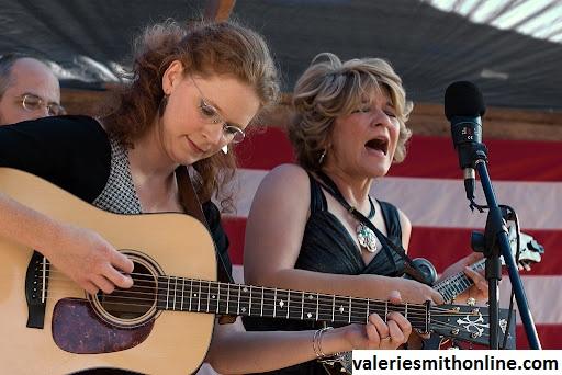 Karir Mitchell Dalam Beradu Album di Grammy Dengan Valerie Smith